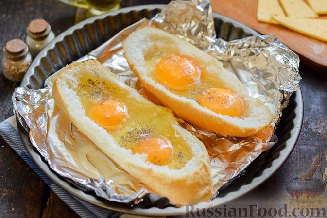 """Фото приготовления рецепта: Яичница с сыром в """"лодочке"""" - шаг №7"""