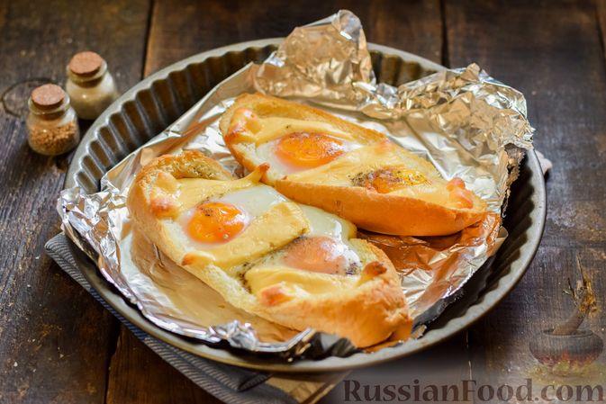 """Фото приготовления рецепта: Яичница с сыром в """"лодочке"""" - шаг №9"""