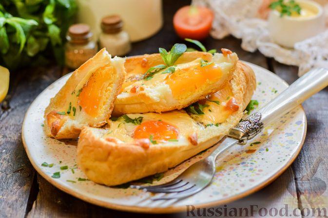 """Фото приготовления рецепта: Яичница с сыром в """"лодочке"""" - шаг №11"""
