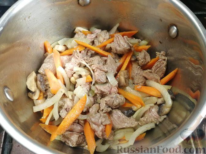 Фото приготовления рецепта: Суп из говядины со стручковой фасолью, шампиньонами и лапшой - шаг №3