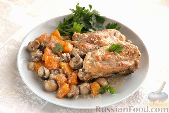 Фото к рецепту: Куриные бёдрышки, запечённые с тыквой и грибами в сливках