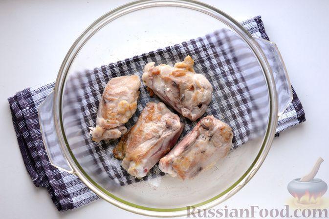 Фото приготовления рецепта: Куриные бёдрышки, запечённые с тыквой и грибами в сливках - шаг №4