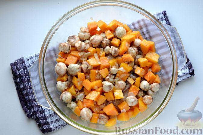 Фото приготовления рецепта: Куриные бёдрышки, запечённые с тыквой и грибами в сливках - шаг №9