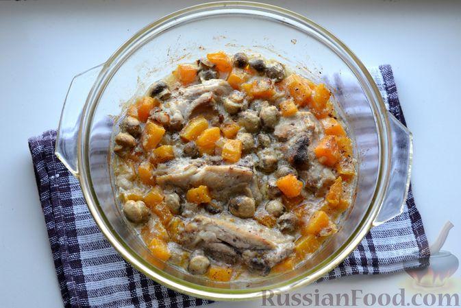 Фото приготовления рецепта: Куриные бёдрышки, запечённые с тыквой и грибами в сливках - шаг №11