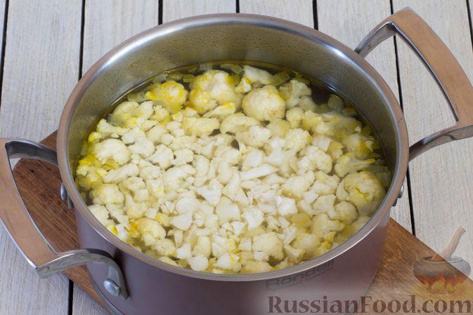 Фото приготовления рецепта: Сливочный суп с цветной капустой - шаг №6