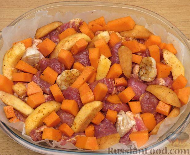 Фото приготовления рецепта: Запечённая свинина с айвой и тыквой - шаг №10