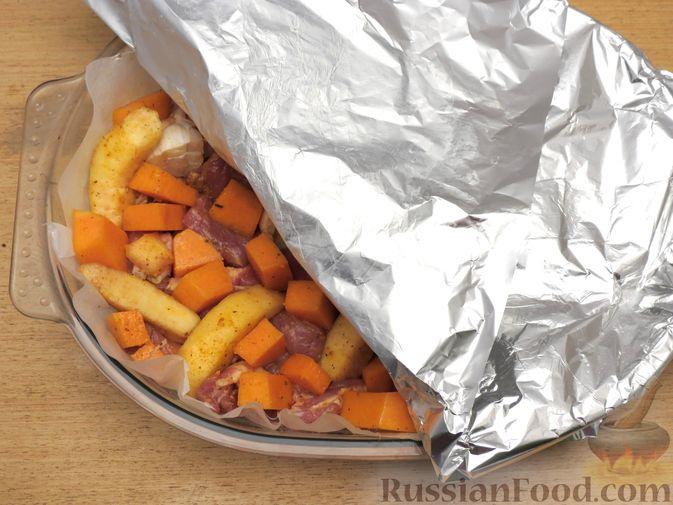 Фото приготовления рецепта: Запечённая свинина с айвой и тыквой - шаг №11