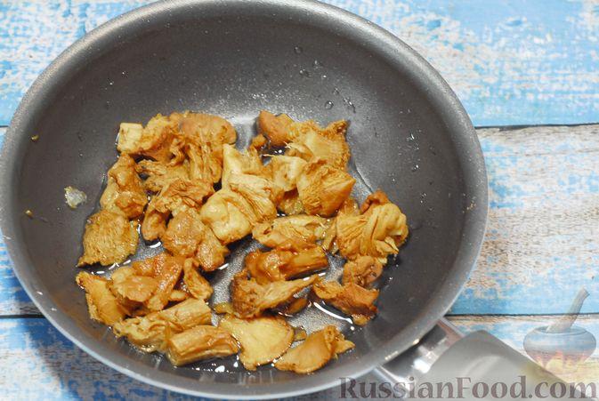Фото приготовления рецепта: Бефстроганов с гречкой и лисичками - шаг №11