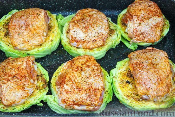 Фото приготовления рецепта: Куриные бёдра с капустой в духовке - шаг №5