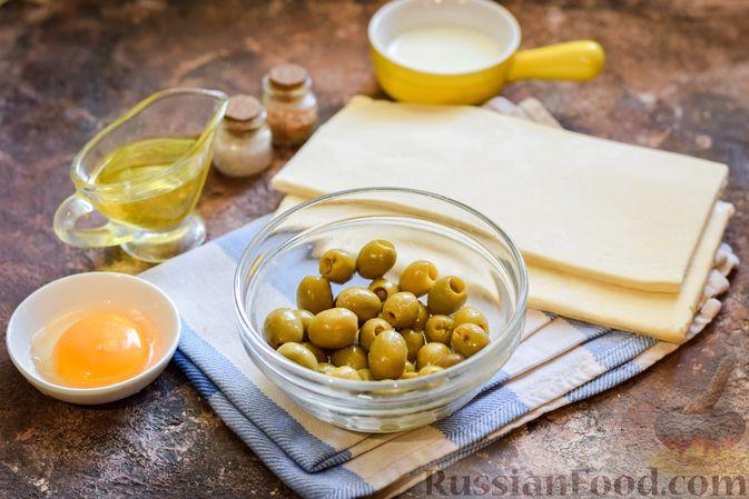 Фото приготовления рецепта: Слоёные палочки с оливками - шаг №1