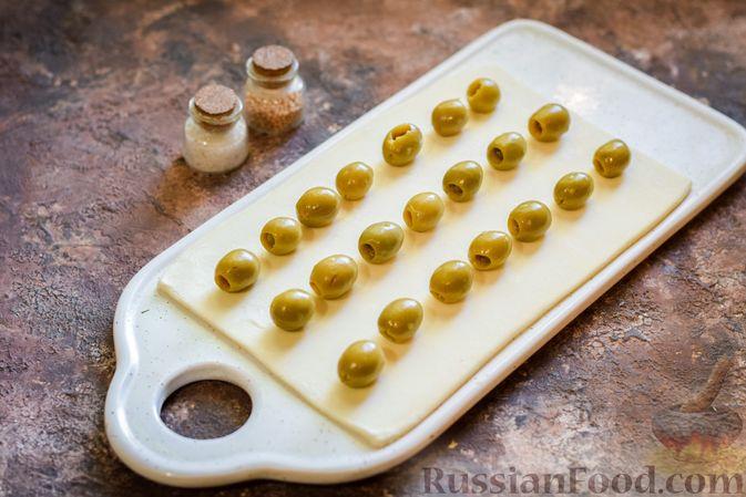 Фото приготовления рецепта: Слоёные палочки с оливками - шаг №3