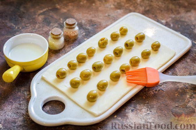 Фото приготовления рецепта: Слоёные палочки с оливками - шаг №4