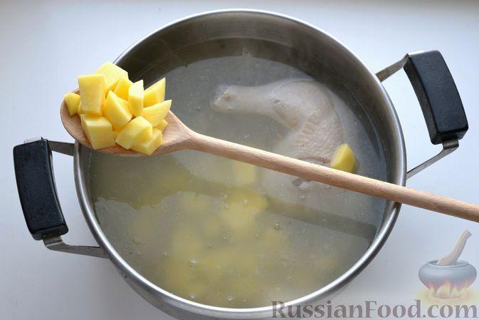 Фото приготовления рецепта: Куриный суп с жареными галушками - шаг №9
