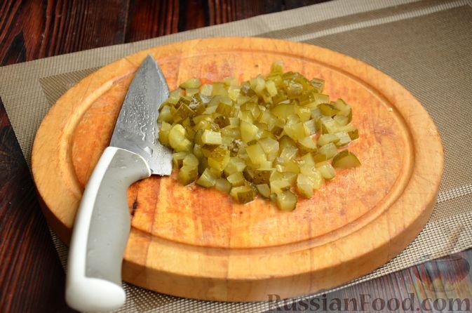 """Фото приготовления рецепта: Салат """"Оливье"""" с говядиной - шаг №7"""