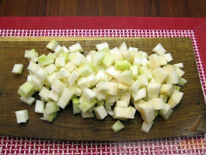 Фото приготовления рецепта: Пюре из кольраби, сельдерея, картофеля и яблока - шаг №2