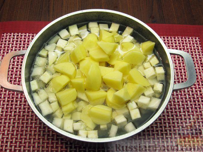 Фото приготовления рецепта: Пюре из кольраби, сельдерея, картофеля и яблока - шаг №5
