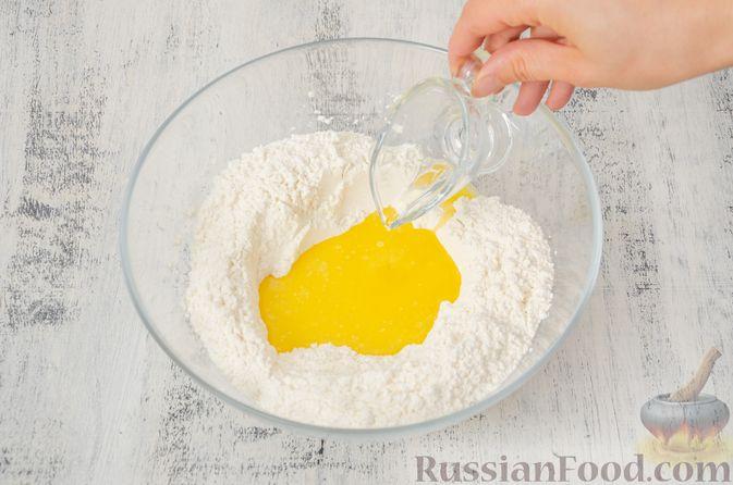 """Фото приготовления рецепта: Двухцветное песочное печенье """"Бычки"""" - шаг №3"""