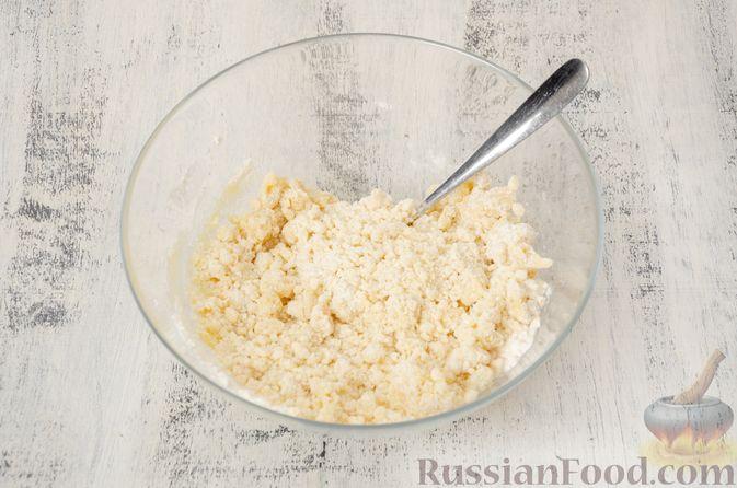 """Фото приготовления рецепта: Двухцветное песочное печенье """"Бычки"""" - шаг №4"""