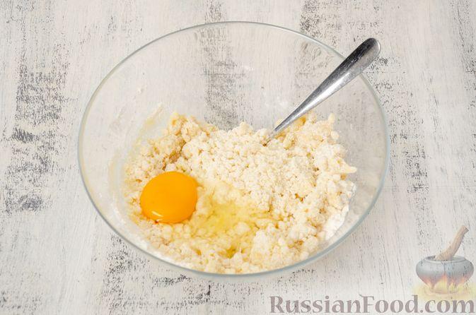 """Фото приготовления рецепта: Двухцветное песочное печенье """"Бычки"""" - шаг №5"""