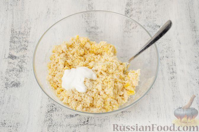 """Фото приготовления рецепта: Двухцветное песочное печенье """"Бычки"""" - шаг №6"""