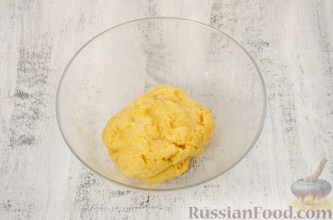 """Фото приготовления рецепта: Двухцветное песочное печенье """"Бычки"""" - шаг №7"""