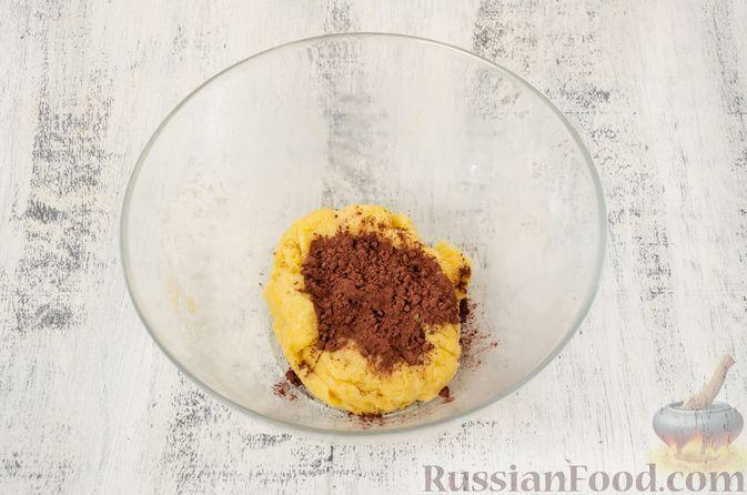 """Фото приготовления рецепта: Двухцветное песочное печенье """"Бычки"""" - шаг №8"""