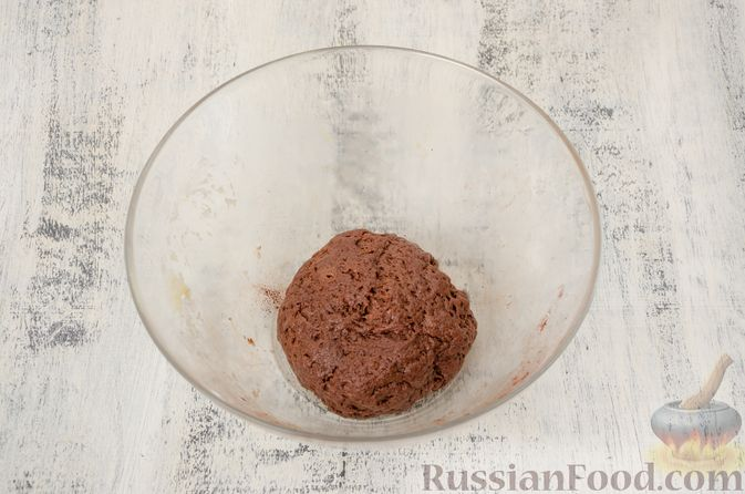 """Фото приготовления рецепта: Двухцветное песочное печенье """"Бычки"""" - шаг №9"""