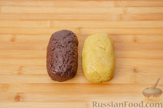 """Фото приготовления рецепта: Двухцветное песочное печенье """"Бычки"""" - шаг №10"""