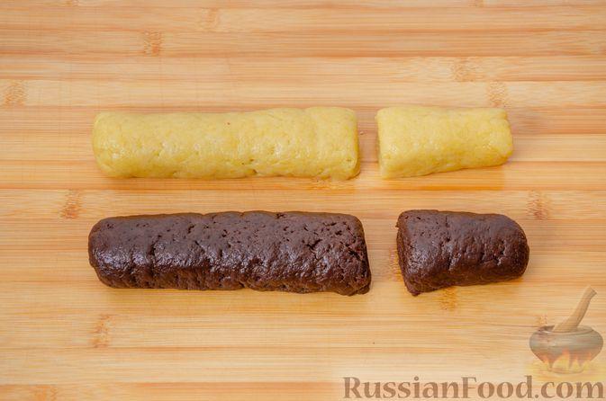 """Фото приготовления рецепта: Двухцветное песочное печенье """"Бычки"""" - шаг №11"""