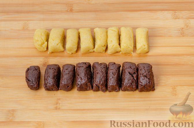"""Фото приготовления рецепта: Двухцветное песочное печенье """"Бычки"""" - шаг №12"""