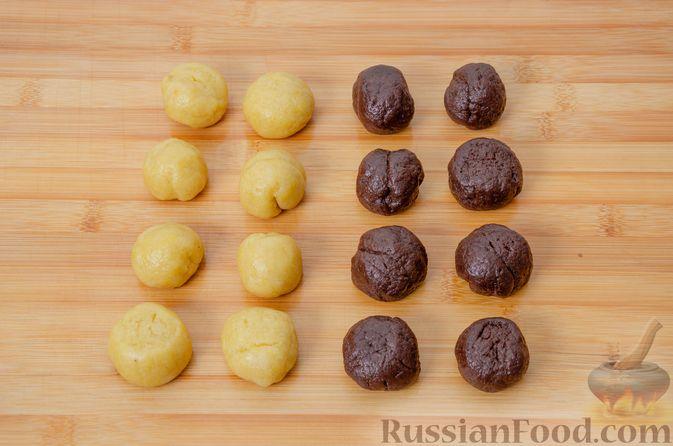 """Фото приготовления рецепта: Двухцветное песочное печенье """"Бычки"""" - шаг №13"""