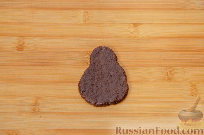 """Фото приготовления рецепта: Двухцветное песочное печенье """"Бычки"""" - шаг №14"""