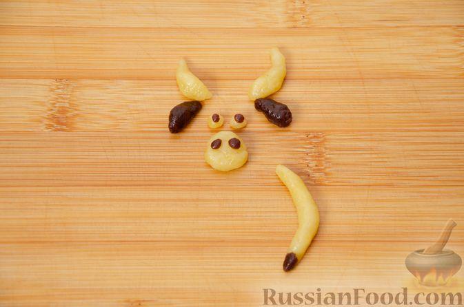 """Фото приготовления рецепта: Двухцветное песочное печенье """"Бычки"""" - шаг №16"""