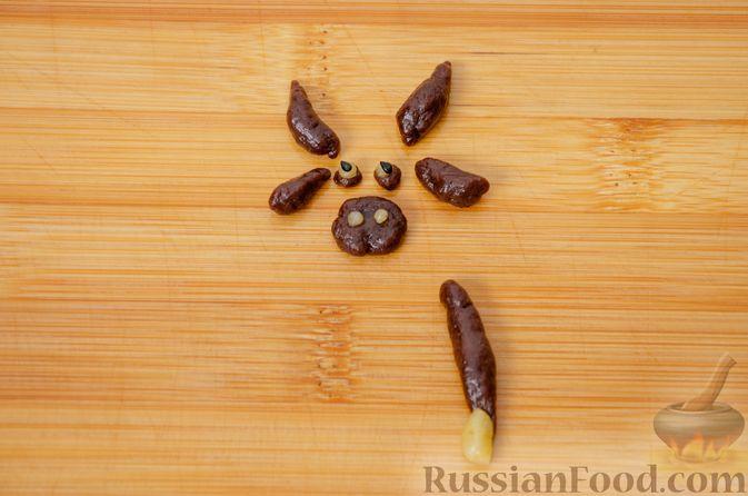 """Фото приготовления рецепта: Двухцветное песочное печенье """"Бычки"""" - шаг №17"""