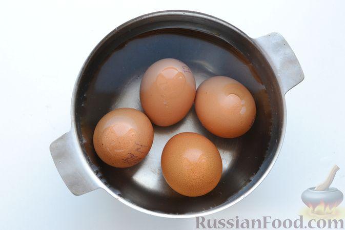 Фото приготовления рецепта: Слоёный салат с курицей, картофелем, сыром и консервированным зелёным горошком - шаг №4