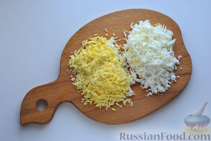 Фото приготовления рецепта: Слоёный салат с курицей, картофелем, сыром и консервированным зелёным горошком - шаг №5