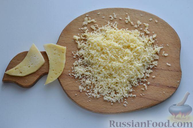 Фото приготовления рецепта: Слоёный салат с курицей, картофелем, сыром и консервированным зелёным горошком - шаг №7