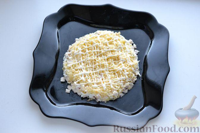 Фото приготовления рецепта: Слоёный салат с курицей, картофелем, сыром и консервированным зелёным горошком - шаг №10