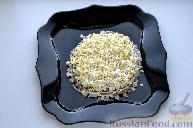 Фото приготовления рецепта: Слоёный салат с курицей, картофелем, сыром и консервированным зелёным горошком - шаг №12