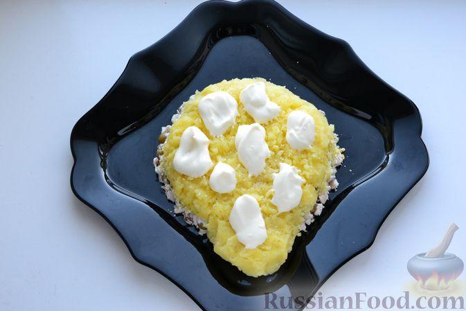Фото приготовления рецепта: Слоёный салат с курицей, картофелем, сыром и консервированным зелёным горошком - шаг №13