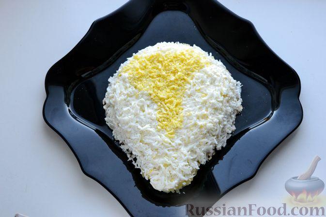 Фото приготовления рецепта: Слоёный салат с курицей, картофелем, сыром и консервированным зелёным горошком - шаг №14