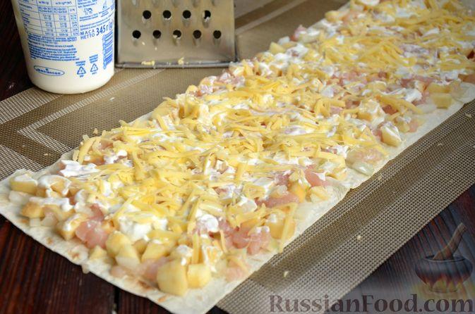 Фото приготовления рецепта: Рулет из лаваша с куриным филе, айвой и сыром (в духовке) - шаг №6
