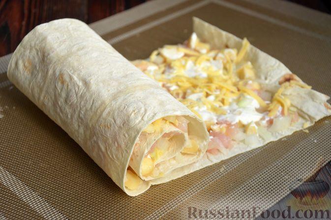 Фото приготовления рецепта: Рулет из лаваша с куриным филе, айвой и сыром (в духовке) - шаг №7