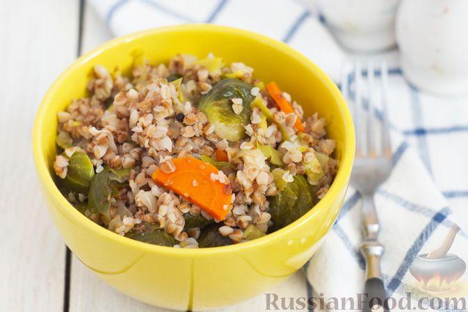 Фото к рецепту: Гречка с брюссельской капустой, луком-пореем и морковью