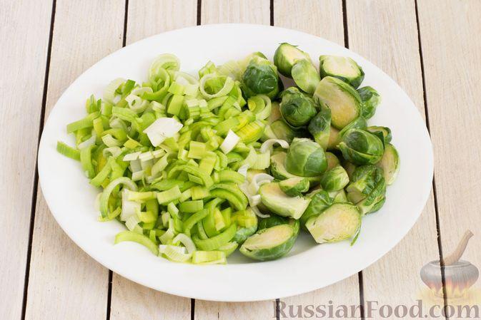 Фото приготовления рецепта: Гречка с брюссельской капустой, луком-пореем и морковью - шаг №3