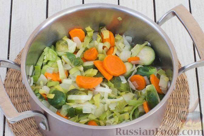 Фото приготовления рецепта: Гречка с брюссельской капустой, луком-пореем и морковью - шаг №4