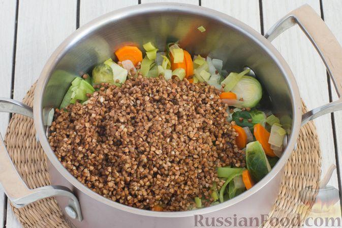 Фото приготовления рецепта: Гречка с брюссельской капустой, луком-пореем и морковью - шаг №5