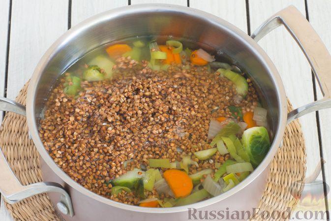 Фото приготовления рецепта: Гречка с брюссельской капустой, луком-пореем и морковью - шаг №6