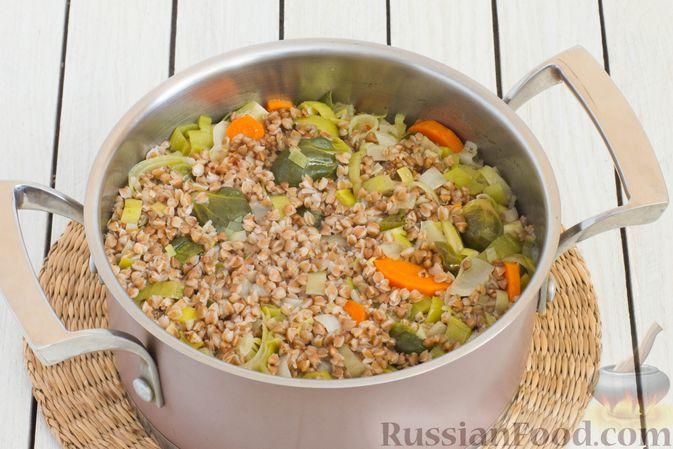 Фото приготовления рецепта: Гречка с брюссельской капустой, луком-пореем и морковью - шаг №7