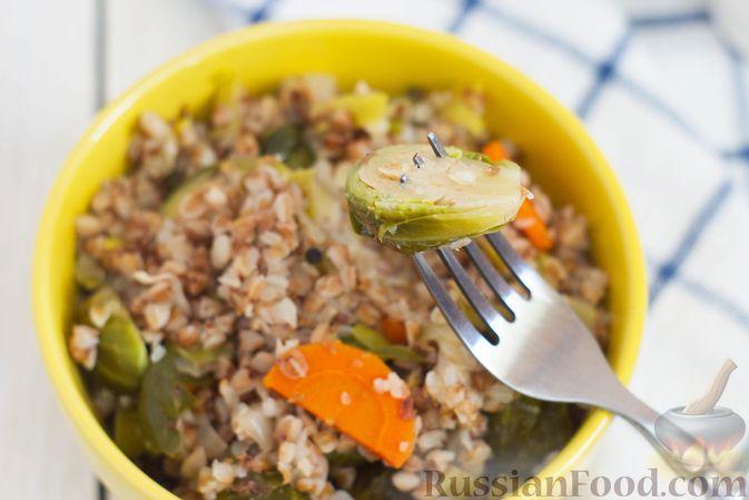 Фото приготовления рецепта: Гречка с брюссельской капустой, луком-пореем и морковью - шаг №8